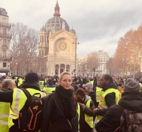 Παρίσι: Το Χόλιγουντ στους δρόμους - Με «Κίτρινα Γιλέκα» η Ούμα Θέρμαν, για το κλίμα Κοτιγιάρ και Μπινός (Φωτό) - Κυρίως Φωτογραφία - Gallery - Video