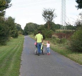 Η οργή του πατέρα: Περίμενε επί 45 λεπτά με τον γιο του σε αναπηρικό αμαξίδιο σε μπλοκαρισμένη διάβαση (φωτό) - Κυρίως Φωτογραφία - Gallery - Video