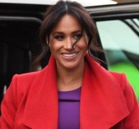 Επιτέλους η Μέγκαν πέταξε τα σκούρα & έβαλε ένα εκτυφλωτικό κόκκινο παλτό με μωβ φόρεμα τρελαίνοντας τον πλανήτη (φωτό) - Κυρίως Φωτογραφία - Gallery - Video