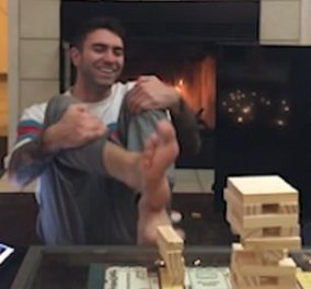 Βίντεο: Παίκτης του επιτραπέζιου παιχνιδιού Jenga: Τραβάει με απίστευτη ακρίβεια ένα ξυλάκι & καταφέρει να μην ρίξει τον πύργο!  - Κυρίως Φωτογραφία - Gallery - Video