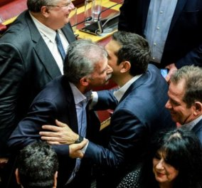 Καρέ-καρέ οι εικόνες ενθουσιασμού για τους 151: Ο Τσίπρας δίνει το πρώτο φιλί στον Δανέλλη αλλά και στον Κοτζιά (Φωτό) - Κυρίως Φωτογραφία - Gallery - Video
