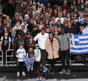 Συγκίνηση: Ο Γιάννης Αντετοκούνμπο  τραγουδά τον εθνικό ύμνο μαζί με χιλιάδες Έλληνες και το στάδιο τον αποθεώνει (φώτο -βίντεο) - Κυρίως Φωτογραφία - Gallery - Video
