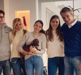 Κυριάκος Μητσοτάκης: Η φωτό για την υποδοχή της νέας χρονιάς με την Μαρέβα & τα 3 παιδιά τους - Κυρίως Φωτογραφία - Gallery - Video