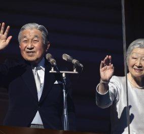Χιλιάδες Ιάπωνες στο παλάτι για το τελευταίο πρωτοχρονιάτικο διάγγελμα του Αυτοκράτορα Ακιχίτο – Παραιτείται σε 4 μήνες (φωτό) - Κυρίως Φωτογραφία - Gallery - Video