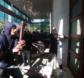 Αλβανία: Πέτρες & σοβαρά επεισόδια έξω από το πρωθυπουργικό γραφείο του Έντι Ράμα - Τον καλούν να παραιτηθεί (φώτο-βίντεο)  - Κυρίως Φωτογραφία - Gallery - Video