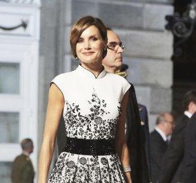 Η πιο stylish εμφάνιση της βασίλισσας Λετίσια -  Το καρό φόρεμα και οι κόκκινες γόβες που έκλεψαν την παράσταση (φωτό) - Κυρίως Φωτογραφία - Gallery - Video