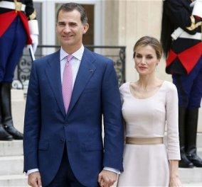 Βασίλισσα Λετίσια: Εκθαμβωτική με το ριγέ φόρεμά της στο πλάι του συζύγου της Βασιλιά Φίλιππου – Τα φιλιά τους & οι αγκαλιές - Κυρίως Φωτογραφία - Gallery - Video