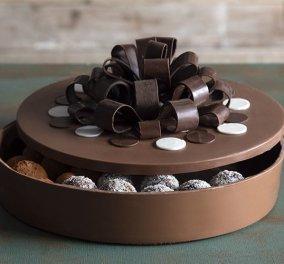 Ο μοναδικός Άκης Πετρετζίκης μας δείχνει πως να φτιάξουμε ένα σοκολατένιο κουτί  - Κυρίως Φωτογραφία - Gallery - Video