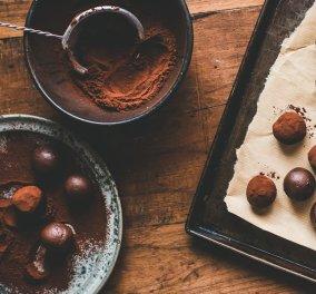 Αργυρώ Μπαρμπαρίγου: Μας φτιάχνει απλές τρούφες σοκολάτας με πλούσια γεύση και βελούδινη υφή - Κυρίως Φωτογραφία - Gallery - Video