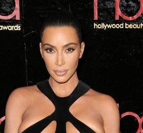 Η Κιμ Καρντάσιαν έφτασε στα Beauty Awards με ένα «σατανικό» φουστάνι & ένα συγκλονιστικό άνδρα πλάι της (φωτό) - Κυρίως Φωτογραφία - Gallery - Video
