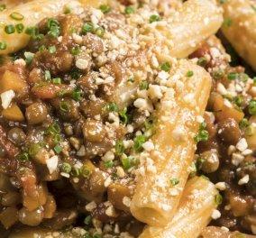 O Γιάννης Λουκάκος δημιουργεί ριγκατόνι με vegan σάλτσα Bolognese - Κυρίως Φωτογραφία - Gallery - Video