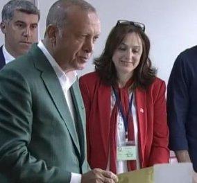 Ο Ρετζέπ Ταγίμπ Ερντογάν με σακάκι τσόχα ή καμηλο.... ψηφίζει στην Κωνσταντινούπολη (φώτο-βίντεο) - Κυρίως Φωτογραφία - Gallery - Video