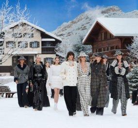 Παρίσι εβδομάδα μόδας: Chanel με πασαρέλα σε σαλέ μέσα στα χιόνια ενός ονειρικού χειμωνιάτικου σκηνικού (φωτό) - Κυρίως Φωτογραφία - Gallery - Video