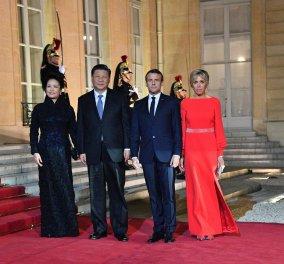 """Εμφάνιση """"Γαλλίδας βασίλισσας"""" με κόκκινη τουαλέτα η Μπριζίτ Μακρόν - Οι φώτο και τα βίντεο από το γεύμα με το προεδρικό ζεύγος της Κίνας   - Κυρίως Φωτογραφία - Gallery - Video"""