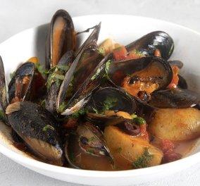 """Ο Άκης Πετρετζίκης μαγείρεψε την απόλυτη θαλασσινή """"αμαρτία"""" - Ονειρικά μύδια κοκκινιστά (βίντεο) - Κυρίως Φωτογραφία - Gallery - Video"""