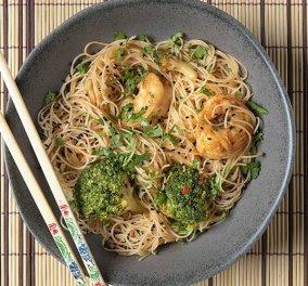 Μια εκπληκτική συνταγή από τον Άκη Πετρετζίκη: Noodles με γαρίδες & μπρόκολο - Βίντεο - Κυρίως Φωτογραφία - Gallery - Video
