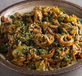 Άκης Πετρετζίκης: Κριθαρότο με καλαμαράκια και σπανάκι – Η τέλεια συνταγή για την Σαρακοστή - Κυρίως Φωτογραφία - Gallery - Video