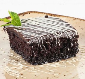 Ο Άκης Πετρετζίκης μας φτιάχνει το πιο σοκολατένιο γλυκό - Σοκολατόπιτα με γλάσο σοκολάτας - Κυρίως Φωτογραφία - Gallery - Video