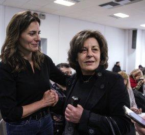 Η Μπέτυ Μπαζιάνα αγκαλιάζει την Μάγδα Φύσσα στην δίκη της Χρυσής Αυγής και του Γιώργου Ρουπακιά (φωτό) - Κυρίως Φωτογραφία - Gallery - Video