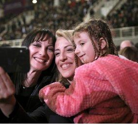 Εκδήλωση ΣΥΡΙΖΑ στο Γαλάτσι: Εντυπωσιακή παρουσία ΠΑΣΟΚ - Ευειδείς κυρίες & πλατιά χαμόγελα (φώτο - βίντεο) - Κυρίως Φωτογραφία - Gallery - Video