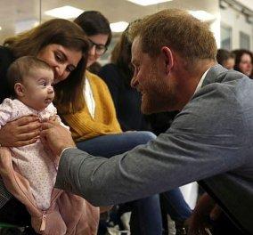 Φωτό – βίντεο: Ο Πρίγκιπας Χάρι χορεύει μπαλέτο σε παιδικό σταθμό- Συζητάει με μαμάδες τις συνήθειες των μωρών - Κυρίως Φωτογραφία - Gallery - Video