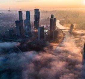 Θέα που κόβει την ανάσα: Ουρανοξύστες της Μόσχας «πνιγμένοι» στην πρωινή ομίχλη - Κυρίως Φωτογραφία - Gallery - Video