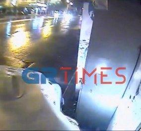 Θεσσαλονίκη- βίντεο: Η στιγμή που περιπολικό πέφτει πάνω σε περίπτερο στηδιάρκεια καταδίωξης - Κυρίως Φωτογραφία - Gallery - Video
