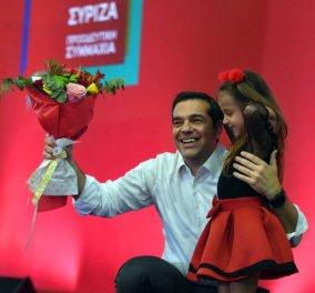 Ο Αλέξης Τσίπρας αγκαλιά με ένα κοριτσάκι και μια ανθοδέσμη: Σε ποιους θύμισε τον Ανδρέα Παπανδρέου! - Κυρίως Φωτογραφία - Gallery - Video