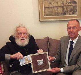 Σαν ''αντάρτης'' ο Μανώλης Γλέζος – Καλά κρατεί στα 97 του με ολόλευκα μαλλιά και γένια (φωτό) - Κυρίως Φωτογραφία - Gallery - Video