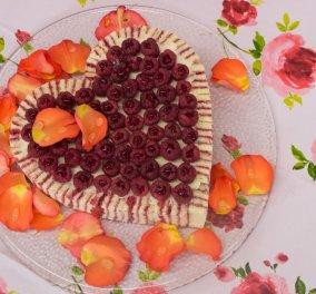 Στέλιος Παρλιάρος: Μας φτιάχνει θεϊκή ριγωτή τούρτα με λικέρ τριαντάφυλλο (βίντεο) - Κυρίως Φωτογραφία - Gallery - Video