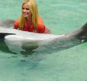 Το κορίτσι η Ζέτα Μακρυπούλια και το δελφίνι: Το φιλάει γλυκά και είναι πανέμορφη (φώτο) - Κυρίως Φωτογραφία - Gallery - Video