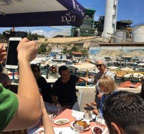 Σε ουζερί στο Κερατσίνι ο Τσίπρας - Τι δώρο του έκανε ο ιδιοκτήτης - Κυρίως Φωτογραφία - Gallery - Video