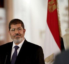 Μέσα στο δικαστήριο κατέρρευσε & πέθανε ο πρώην πρόεδρος της Αιγύπτου, Μόρσι - Τον είχαν καταδικάσει σε ισόβια (βίντεο)  - Κυρίως Φωτογραφία - Gallery - Video