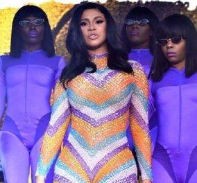 Cardi B: Σκίστηκε η ολόσωμη φόρμα -επέστρεψε με μπουρνούζι -χόρεψε & τραγούδησε - Οι επεμβάσεις λιπαναρόφησης- αυξητικής στήθους (φώτο-βίντεο) - Κυρίως Φωτογραφία - Gallery - Video