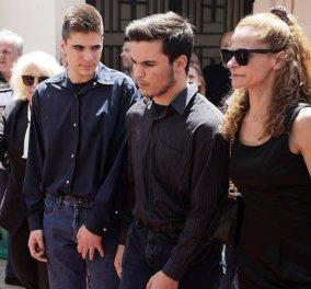 """Θρήνος στην κηδεία του Κώστα Ευριπιώτη: Με βαθιά οδύνη συγγενείς & φίλοι είπαν το """"τελευταίο αντίο"""" (φώτο-βίντεο) - Κυρίως Φωτογραφία - Gallery - Video"""