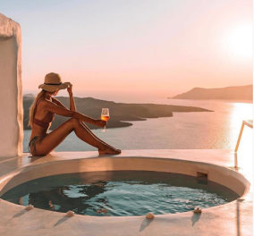 #Santorini και αιθέριες υπάρξεις: Δείτε πως οι διεθνείς καλλονές βγάζουν τις αναμνηστικές τους φωτό στο νησί  - Κυρίως Φωτογραφία - Gallery - Video