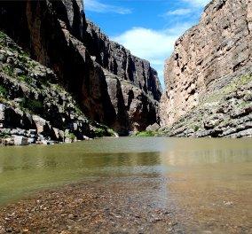 Τραγωδία στο στοιχειωμένο πέρασμα Μεξικού - ΗΠΑ: Πατέρας και κόρη αγκαλιά νεκροί στον ποταμό - Σκληρές φωτό - Κυρίως Φωτογραφία - Gallery - Video