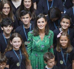 Η βασίλισσα της Ισπανίας Λετίσια έβαλε ένα απίθανο σμαραγδί, φλόραλ φουστάνι, με ασύμμετρο στρίφωμα - Επισκέφτηκε την πατρίδα της (φώτο)   - Κυρίως Φωτογραφία - Gallery - Video