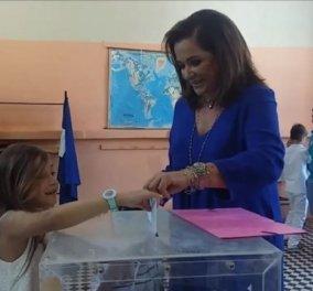 Πανηγυρίζει ο εγγονός της Ντόρας Μπακογιάννη μέσα στο εκλογικό κέντρο - Τη βοήθησε να ψηφίσει (φώτο-βίντεο)  - Κυρίως Φωτογραφία - Gallery - Video