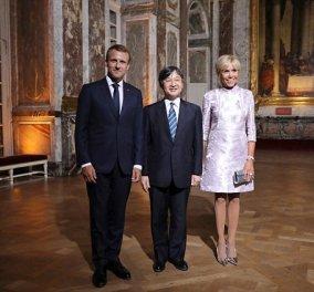 Φλουό μίνι φόρεμα για την Μπριζίτ Μακρόν αλλά και φανταστικό ''ανδρικό'' κοστούμι  - Εντυπωσίασε η γκαρνταρόμπα της στην Ιαπωνία  - Κυρίως Φωτογραφία - Gallery - Video