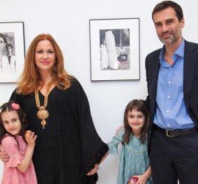 H διάσημη φωτογράφος Calliope στο top κλικ της ζωής της: Ο άντρας της Χρήστος Καρβούνης με τις δίδυμες κόρες τους - Κυρίως Φωτογραφία - Gallery - Video