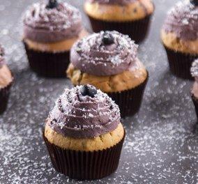 Ο Άκης Πετρετζίκης μας ετοιμάζει εκπληκτικά Muffins με μύρτιλα - Θα μοσχοβολήσει το σπίτι  - Κυρίως Φωτογραφία - Gallery - Video