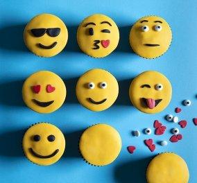 Ο Άκης Πετρετζίκης μας φτιάχνει λαχταριστά Emoji cupcakes για την #WorldEmojiDay! - Κυρίως Φωτογραφία - Gallery - Video