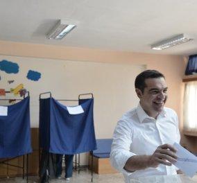 """Εθνικές εκλογές 2019: Ψήφισε ο Αλέξης Τσίπρας - """"Σήμερα οι Έλληνες αποφασίζουν για το μέλλον τους - Οι νέοι να κρίνουν το αποτέλεσμα"""" (βίντεο) - Κυρίως Φωτογραφία - Gallery - Video"""