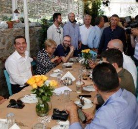 Χαλαρός , χαμογελαστός & αδυνατισμένος ο Αλέξης Τσίπρας στο γεύμα με τους δημοσιογράφους - Σε παραδοσιακό ουζερί στο Λαύριο (φώτο-βίντεο) - Κυρίως Φωτογραφία - Gallery - Video