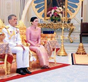Ο βασιλιάς της Ταϊλάνδης παρουσιάζει δημόσια την ερωμένη του - Τελετή με τη βασίλισσα γυναίκα του στο θρόνο της (φώτο-βίντεο) - Κυρίως Φωτογραφία - Gallery - Video