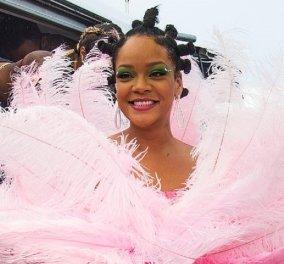 Η Rihanna στην πατρίδα της: Ντύθηκε ροζ φλαμένκο με φτερά - χόρεψε με αγνώστους - Μας συγκίνησε με τον 90χρονο παππού της (φώτο-βίντεο) - Κυρίως Φωτογραφία - Gallery - Video