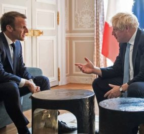 S'il vous plaît Mr Τζόνσον: Έβαλε το πόδι πάνω στο τραπέζι ενώ συνομιλούσε με Μακρόν μέσα στο Προεδρικό μέγαρο (φωτό)  - Κυρίως Φωτογραφία - Gallery - Video