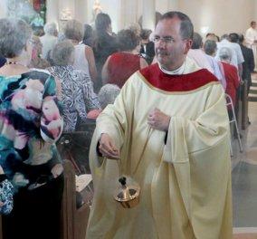 Ο ιερέας είχε πάθος με gay γνωριμίες στο διαδίκτυο - Έκλεψε 100.000 δολ από εράνους για να πληρώνει τους εραστές του  - Κυρίως Φωτογραφία - Gallery - Video