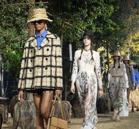Ατμόσφαιρα κήπου στην πασαρέλα Christian Dior στο Παρίσι: Δείτε τα 60+ νέα μοντέλα με κυρίαρχο το μπεζ & το μαύρο (φωτό) - Κυρίως Φωτογραφία - Gallery - Video